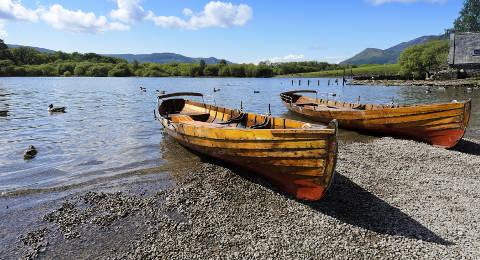 Bootjes aan Derwent Water in het Lake District, Engeland